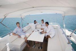 Männe rund Frauen sitzen auf einer Yacht zusammen