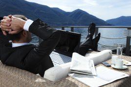 Ein Geschäftsmann relaxt auf einem Boot