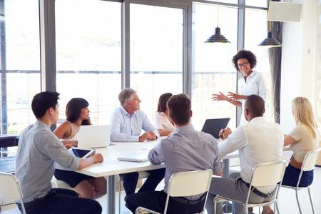 Bild von einer Geschäftsfrau, die mit Ihrem Personal spricht